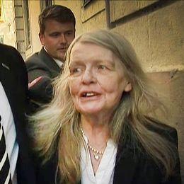 Akademieledamoten Kristina Lugn på väg in till sammanträdet i Börshuset.
