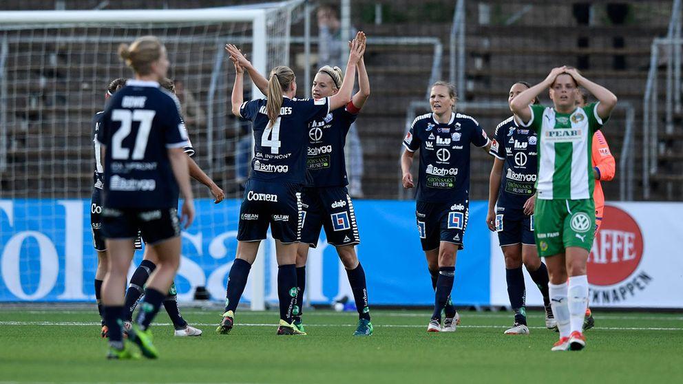 Linköpingsspelarna jublar efter seger med 1-2 efter torsdagens damallsvenska fotbollsmatch mellan Hammarby IF och Linköping HC på Hammarby IP.