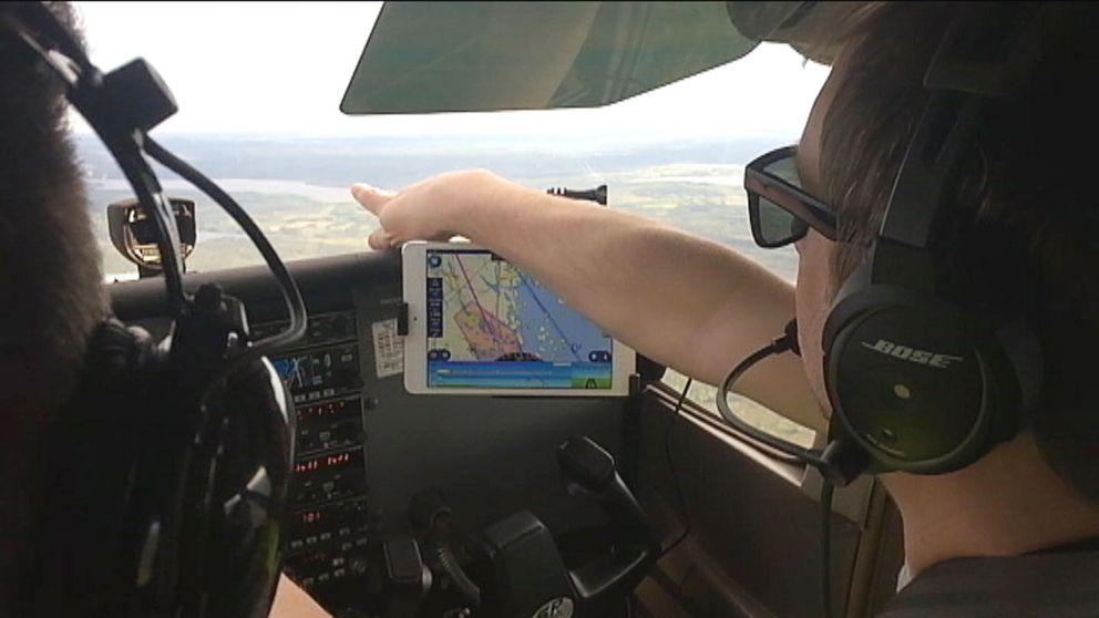 Pilot pekar ut genom flygplansfönster