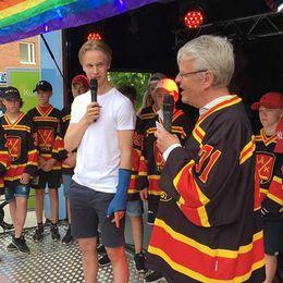 Elias Pettersson hyllas på torget i Ånge.
