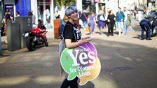 En kvinna som kampanjar för ja-sidan i samband med folkomröstningen om abortlagstiftningen på Irland