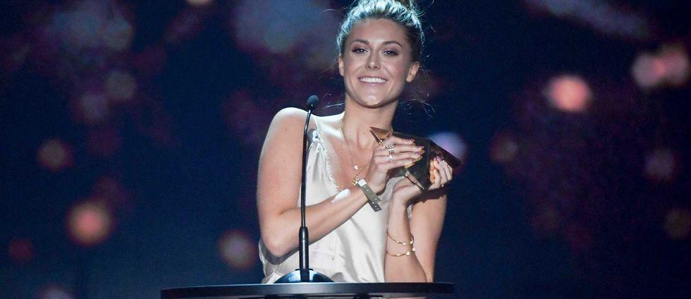 Bianca Ingrosso tar emot priset på scenen.