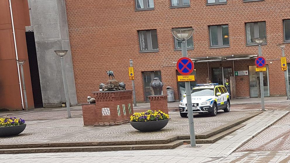 Polisbevakning vid akuten.
