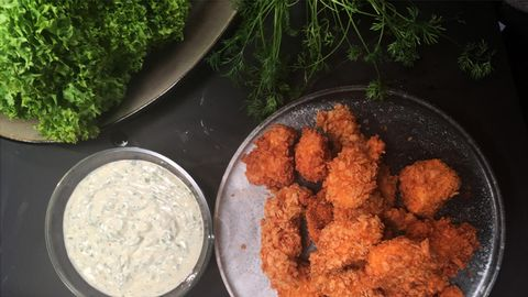 Kycklingnuggets med ranch dressing.