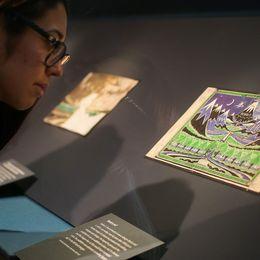 En kurator på Tolkien-utställning tittar närmare på originalomslaget till författarens roman Bilbo – en hobbits äventyr.