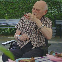 Björg Zanchi och Kurt Wiklund på äldreboendet Rio i Stockholm skålar i saft.