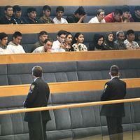 Unga afghanska nyanlända på åhörarläktaren i riksdagshuset under debatt om situationen för ensamkommande flyktingbarn, under hösten 2017