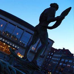 Bild på Konserthuset i Göteborg och en person med hörlurar.