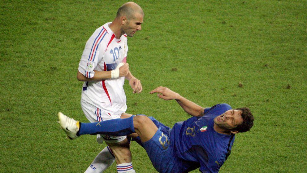 Frankrikes Zinedine Zidane skallar Italiens Marco Materazzi i VM-finalen 2006.