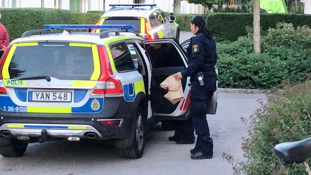 Polis i Upplands Väsby efter att de gripit en person misstänkt för mordförsök.