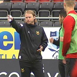 två spelare och en tränare på fotbollsplan