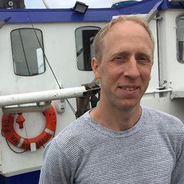 Fiskaren Mikael Johnsson i Böda hamn hoppas få bättre avsättning för den strömming han tar upp ur Östersjön.