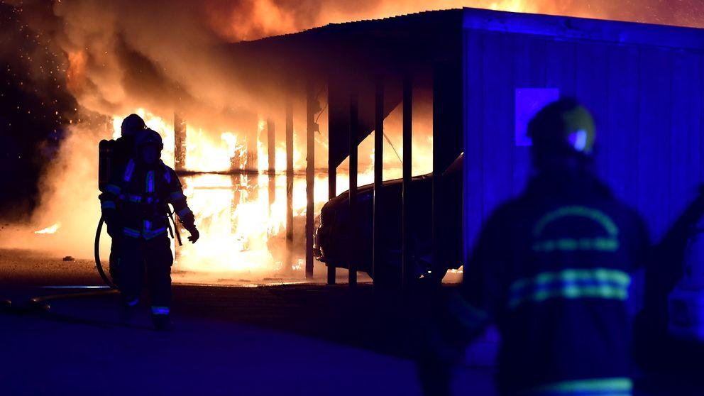 Flera bilar brann i en garagelänga i Nyköping sent på fredagkvällen.