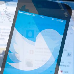 Bilder på skärmar med Twitter i ett kollage