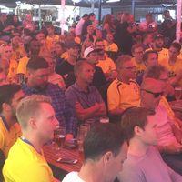 Ett stort gäng supportrar hade samlats på Lilla Torg för att heja på de svenska spelarna i Ryssland.
