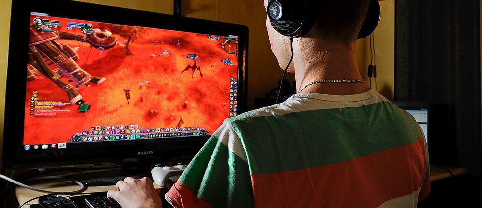 Tonårskille spelar dataspel