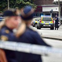 Poliser framför avspärrningarna