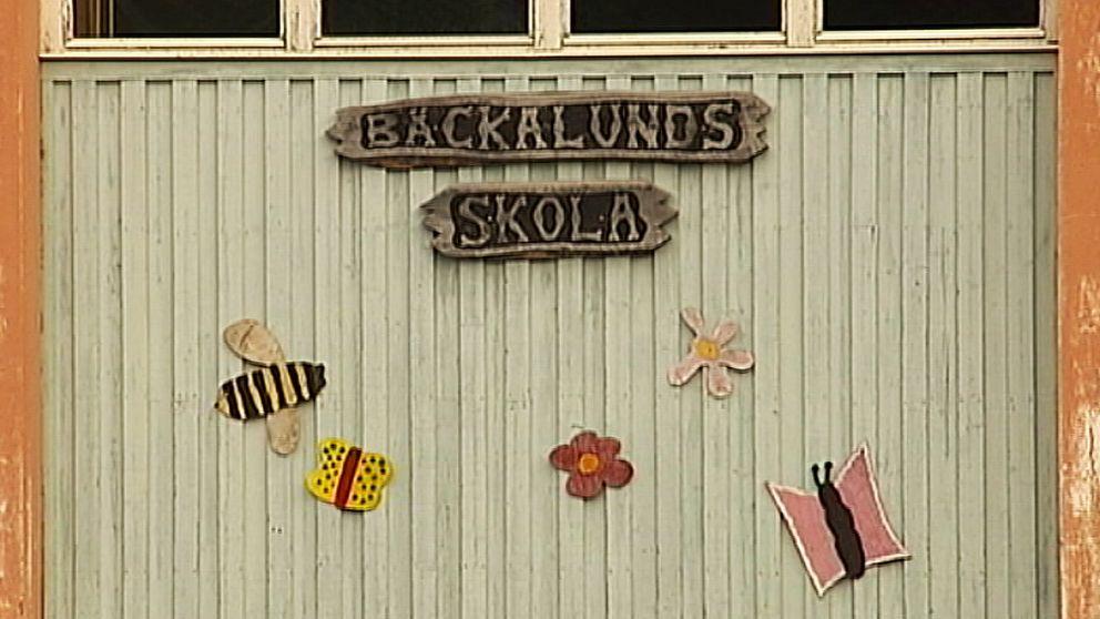 En vägg med en skylt där det står Bäckalunds skola