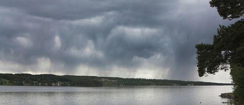 """""""Enstaka skurar"""" över Storsjön bortom Frösön mot fjällen, tisdag 19 juni"""