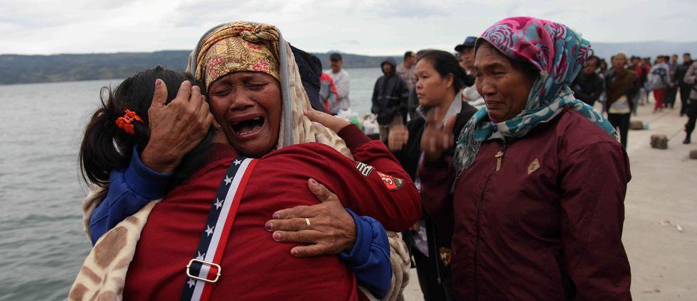 Anhöriga i sortg – minst 180 personer saknas efter färjeolyckan på Tobasjön, Indonesien