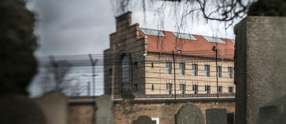 Västra fängelset i Köpenhamn (till vänster) – en av arbetsplatserna där den danska kriminalvårdens personal jobbar, nu avslöjar hur uppgifter tillhörande 590 anställda läckts.