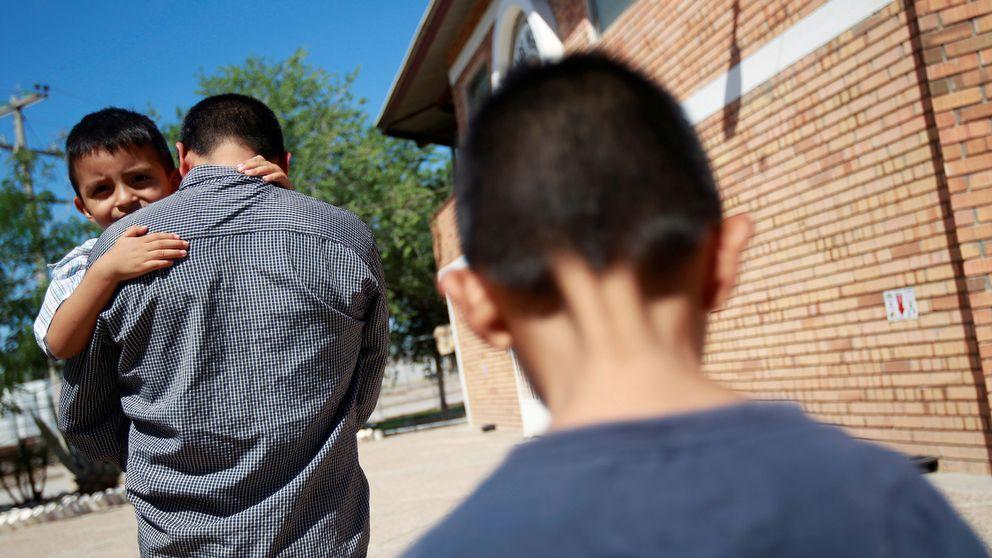 """Epigmenio Centeno med sönerna Steven Atonay och Axel Jaret vid gränsen till USA efter att han fattat beslutet att stanna i Mexiko på grund av USA:s nya """"nolltolerans""""."""