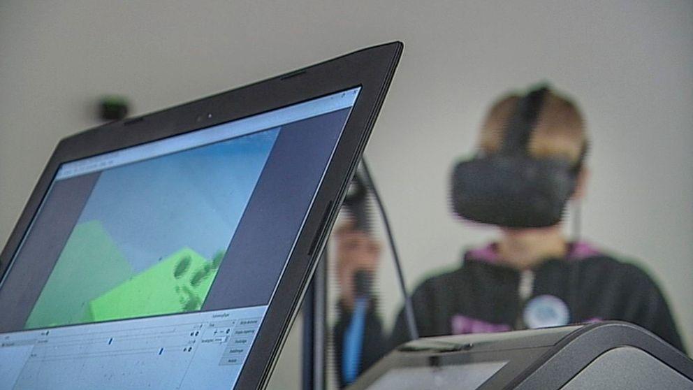 Lägerdeltagare provar VR-glasögon.