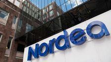 Nordeas logotyp vid ingången till företagets kontorsbyggnad i Stockholm
