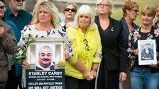 Familjemedlemmar till de personer som dog på Gosport War Memorial Hospital outside Portsmouth Cathedral efter att rapporten publicerats
