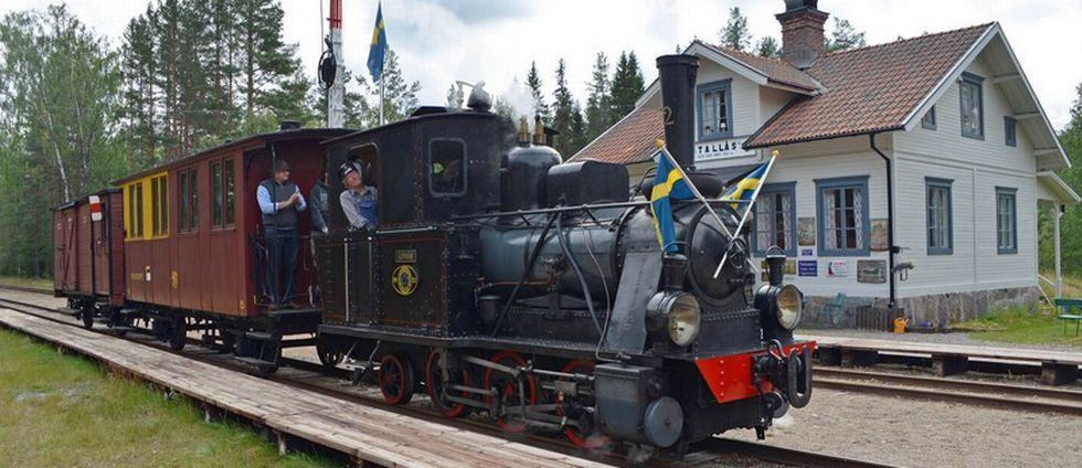 På bilden är det ett tåg som kör på en räls.