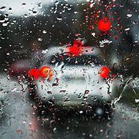 Midsommarhelgen brukar vara olycksdrabbad, men dåligt väder kan hålla oss borta från vägarna.