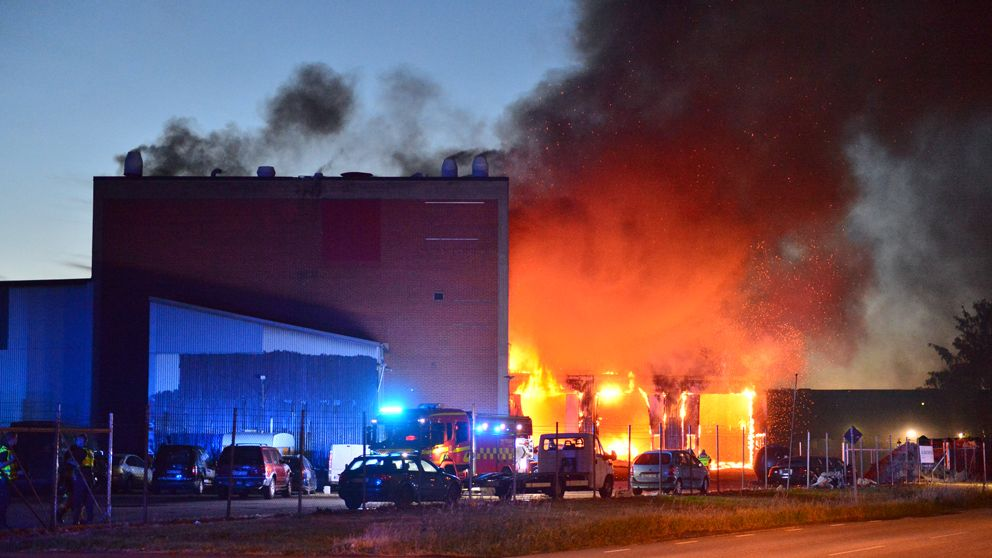 Brinnande industribyggnad.