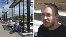 Väderskydd på Varbergs tågstation och resenären Daniel Karlsson.