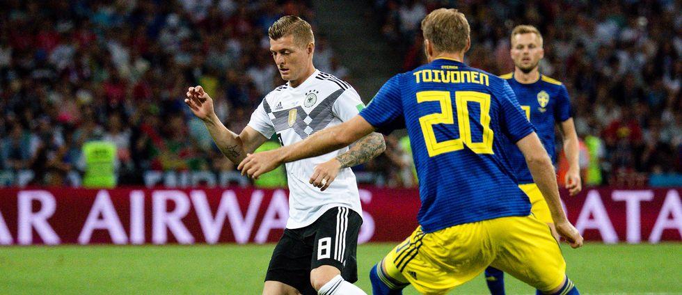Tysklands Toni Kroos och Sveriges Ola Toivonen.