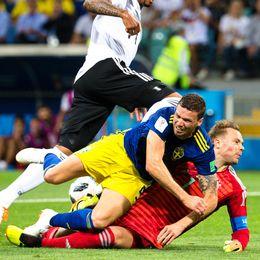 Marcus Berg missar ett friläge och krockar med målvakten Manuel Neuer.