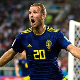 Ola Toivonen skriker ut sin glädje efter Sveriges 1–0