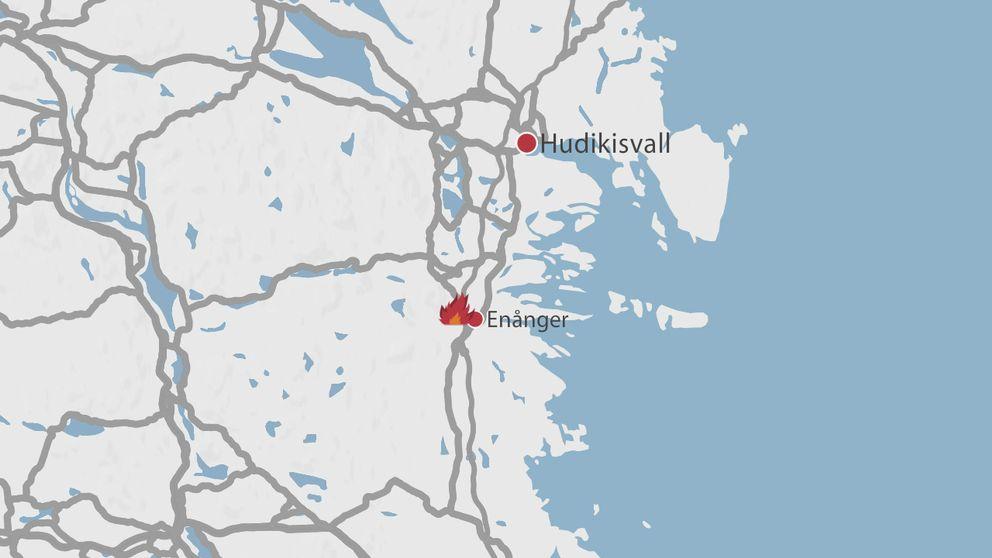 En karta över delar av Gävleborg där Hudiksvall och Enånger finns utplacerat samt en symbol för en eld.