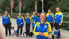 landslaget i VM i lydnad med sina hundar och landslagsledaren Diana Samuelsson främst