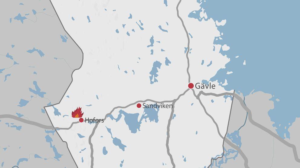 En karta över delar av Gävleborg där Gävle, Sandvike, Hofors samt en symbol för en eld är markerade.