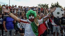 Iranska fans spenderade flera timmar utanför Portugals hotell.