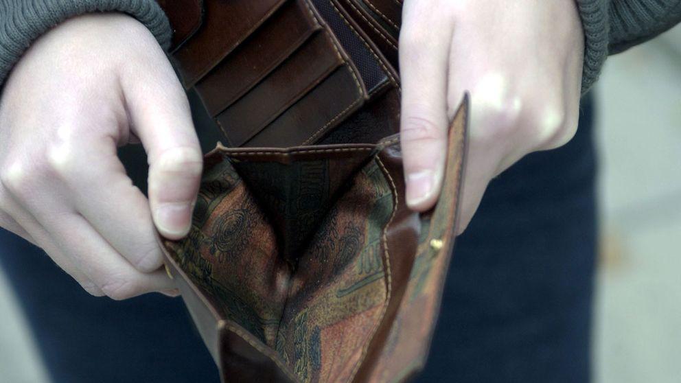 genrebild på barnhänder som håller upp en tom plånbok