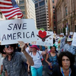 """Demonstranter med plakat där det står """"rädda Amerika"""" och """"stoppa deportationerna""""."""