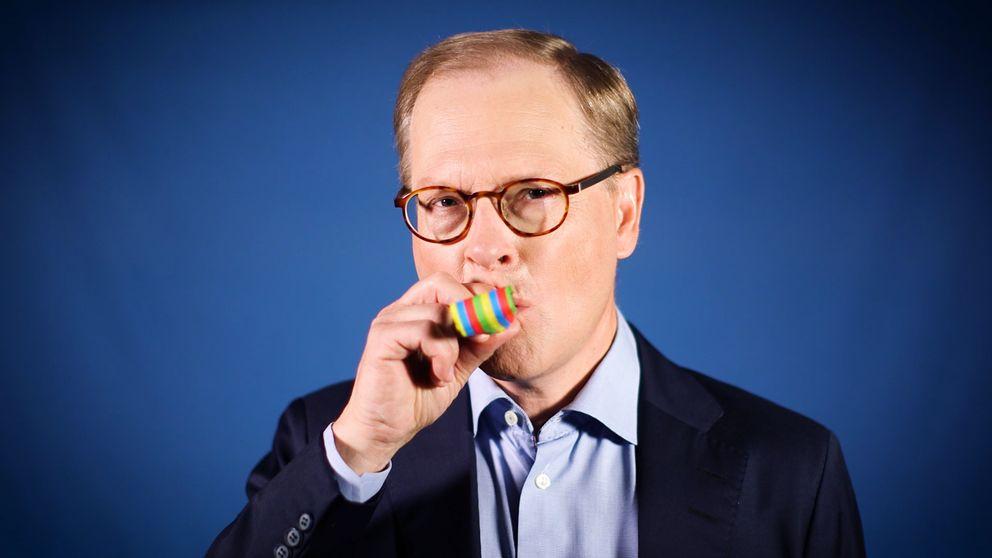 SVT:s inrikespolitiska kommentator Mats Knutson blåser i en partytuta.