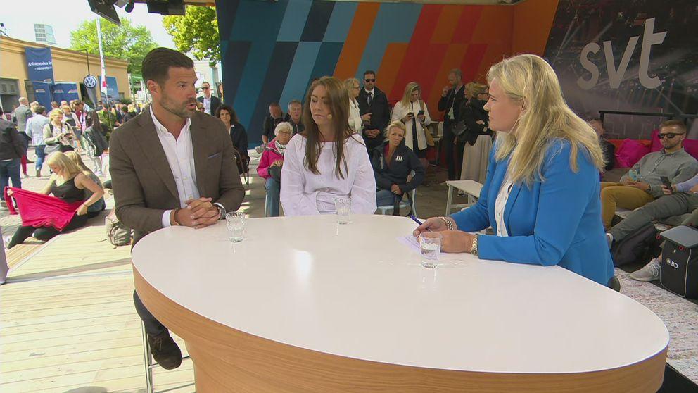 Johan Forssell (M) och Maria Ferm (MP) debatterar på SVT:s scen. Programledare är Kamilla Kvartoft.