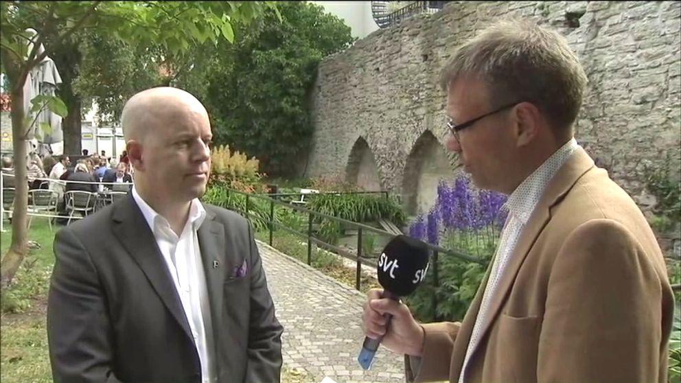 Partiledare Magnus Andersson (PP) intervjuas av Pontus Mattsson i Almedalen.