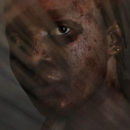 Amina i ett mörkt rum.