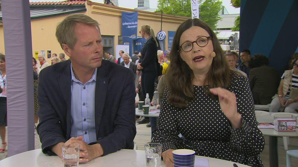 Hur ska krisen i skolan lösas? Anna Ekström (S) och Christer Nylander (L) möts i en debatt på SVT:s scen i Almedalen.
