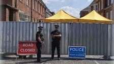 Polisen vaktar utanför huset där paret blev förgiftade.