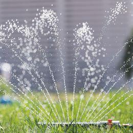 En vattenspridare sprutar vatten.