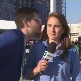 Julia Guimaraes skäller ut en man som försöker kyssa henne.